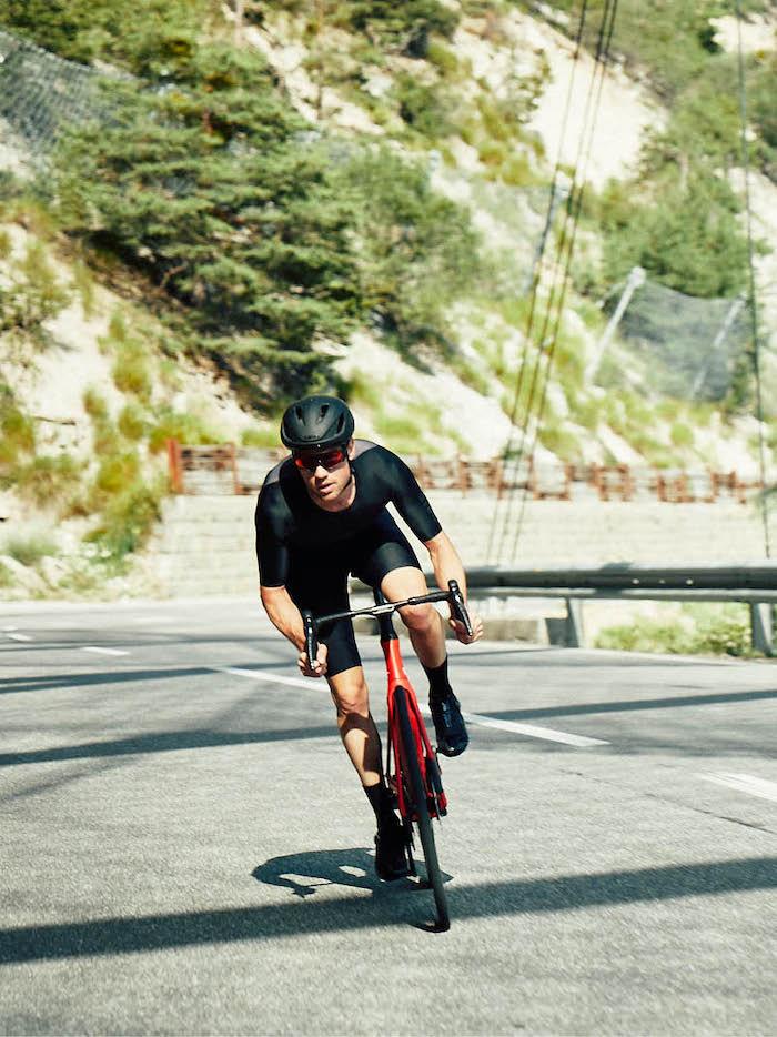 man op rode bmc timemachine racefiets